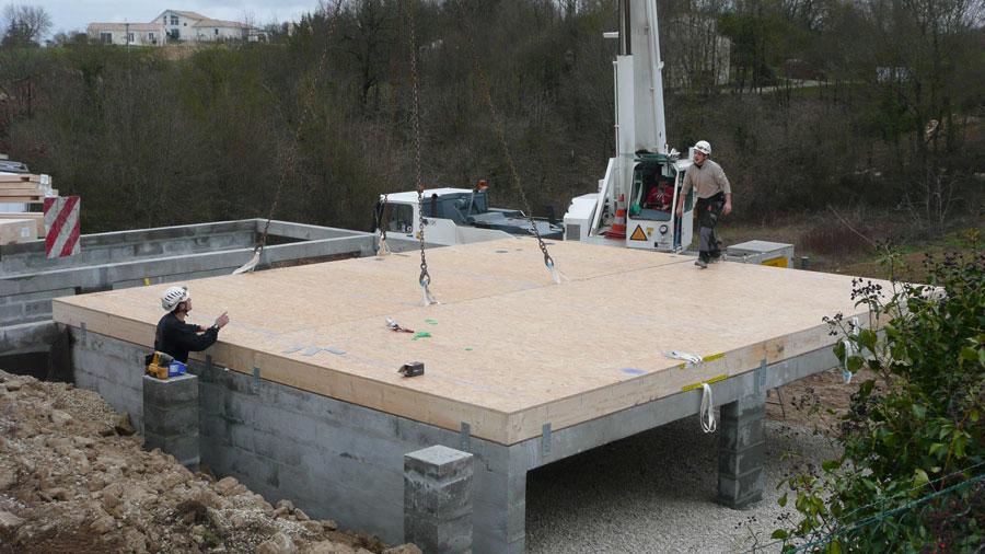Pose du deuxime plancher ossature bois sur les fondations - Cout de fondation maison ...